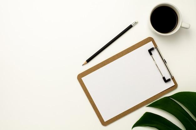 Prancheta e livro branco no fundo branco da mesa de escritório. Foto Premium