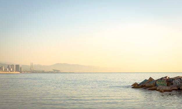 Prata ao amanhecer com neblina Foto Premium