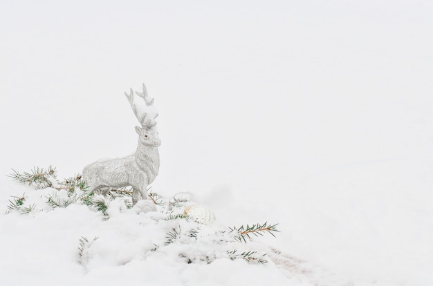 Prata cinza rena de natal brilhante na neve branca Foto Premium