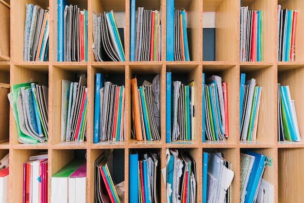 Prateleira com cadernos de estudo de aluno Foto gratuita