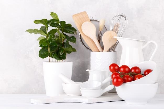 Prateleira de cozinha com utencils brancos Foto Premium