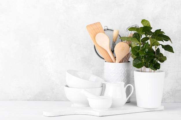 Prateleira de cozinha com utensílios brancos Foto Premium