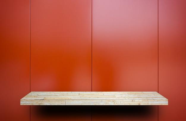 Prateleira de exibição de rock vazio na placa de metal vermelho shiney Foto Premium
