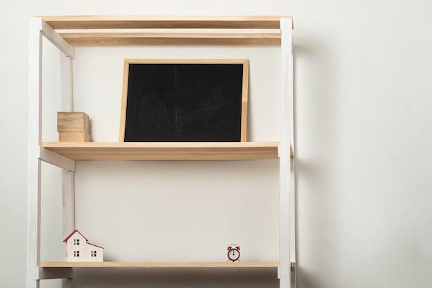 Prateleira de madeira em casa com vários acessórios. móveis para sala de estar ou berçário. copie o espaço Foto Premium