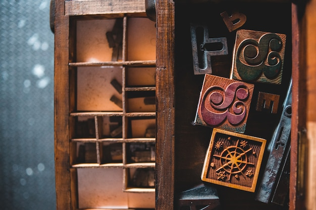 Prateleira de madeira marrom com cadeado marrom e preto Foto gratuita