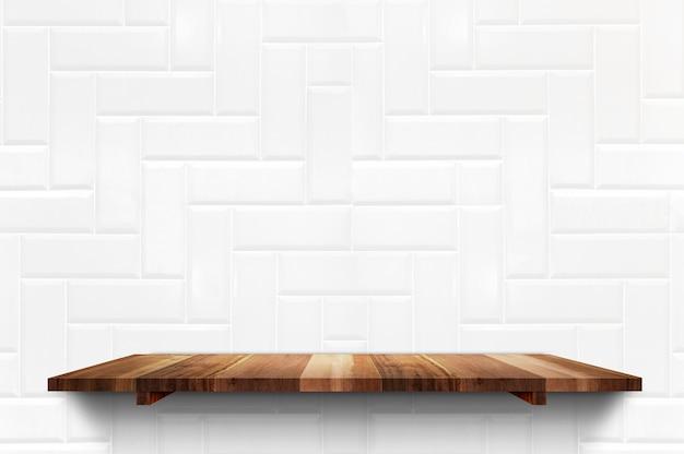 Prateleira de prancha de madeira vazia no fundo da parede de azulejos brancos Foto Premium