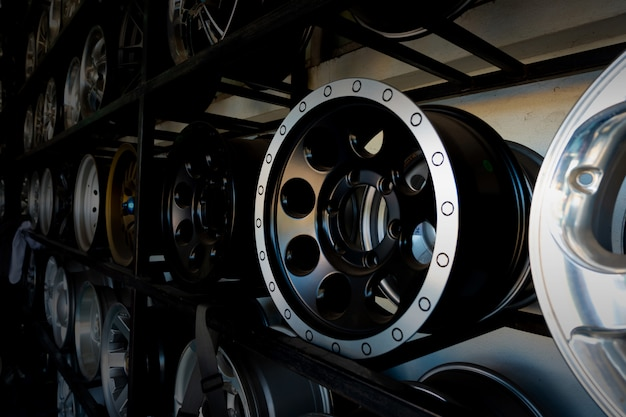 Prateleiras com rodas de liga leve e pneus no centro de serviço de carro moderno Foto Premium