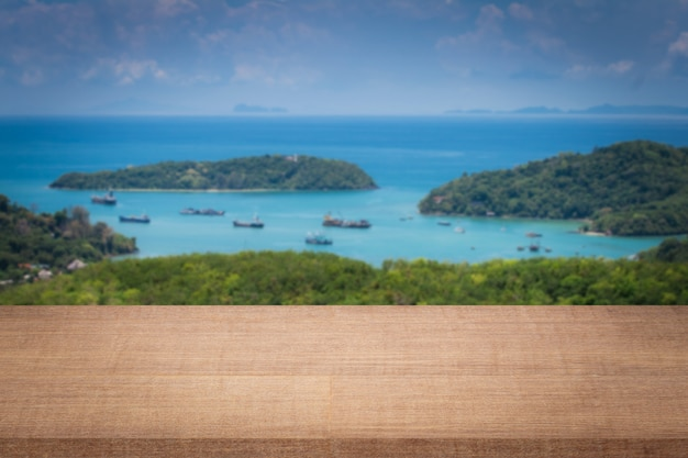 Prateleiras de splat vazias na ilha Foto Premium