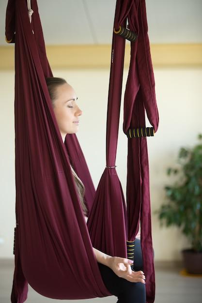 Prática de yoga aérea Foto gratuita