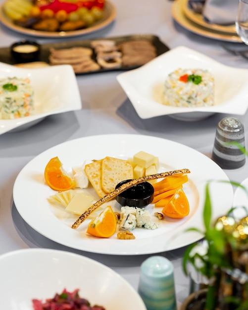 Prato aperitivo com aperitivos mistos Foto gratuita