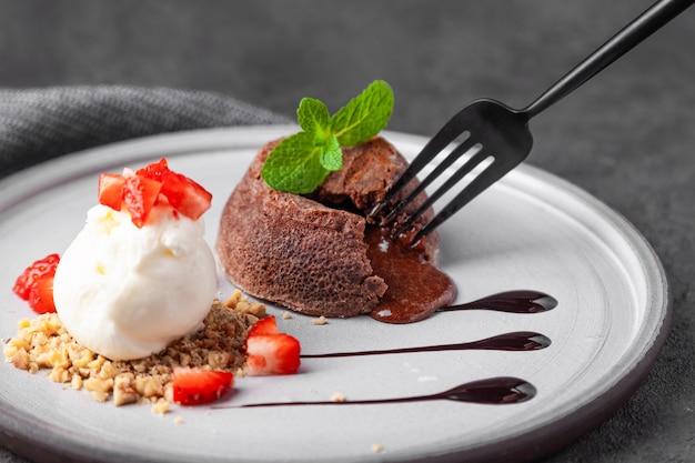 Prato branco com bolo de chocolate fondant Foto Premium