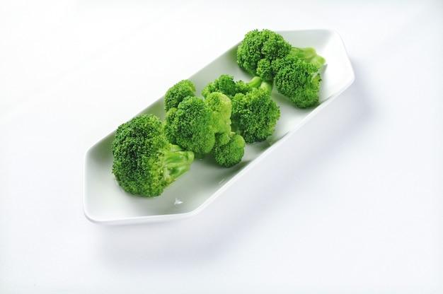 Prato branco com brócolis fresco - perfeito para um artigo de receita ou uso de menu Foto gratuita