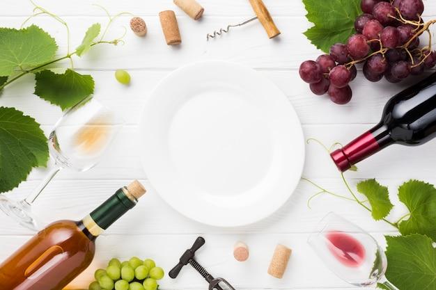 Prato branco vazio com ingredientes de vinho Foto gratuita