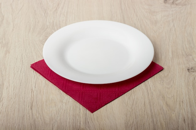 Prato branco vazio na mesa de madeira Foto Premium