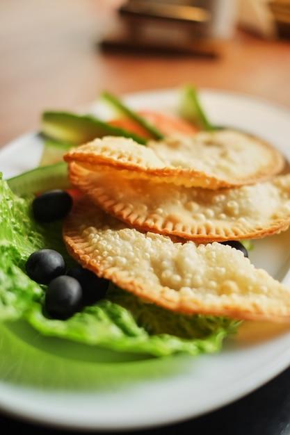 Prato, cheburek, vegitables, jantar, nacional, gostosa, refeição, vista lateral Foto Premium