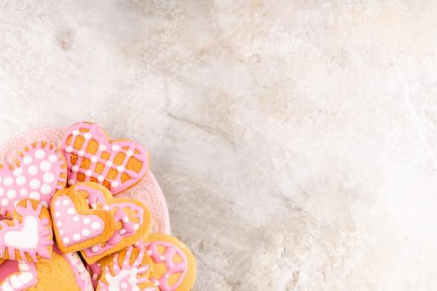 Prato com biscoitos decorados em forma de coração vidrados caseiros para dia dos namorados Foto Premium