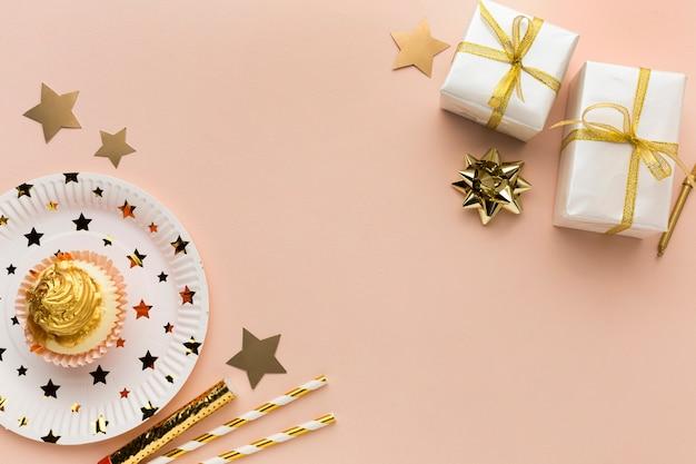Prato com bolo e presentes ao lado Foto gratuita