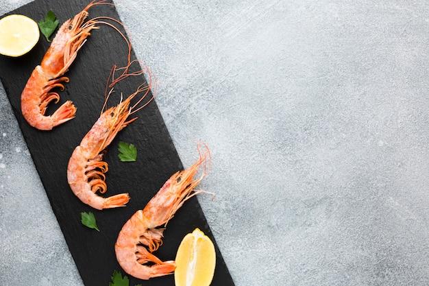 Prato com camarão fresco e limão Foto gratuita