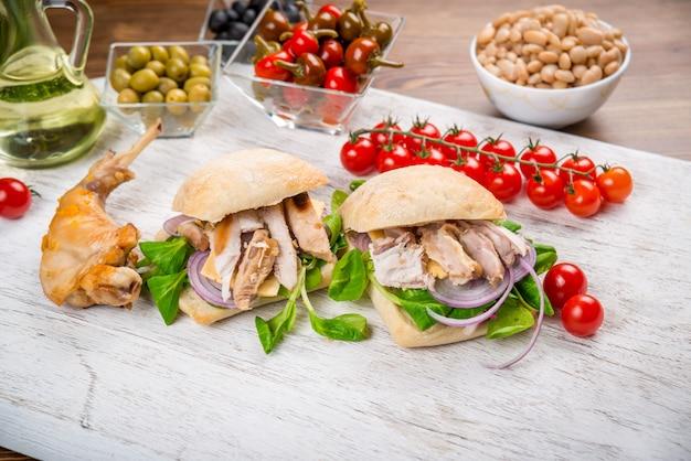 Prato com carne de coelho com legumes Foto Premium