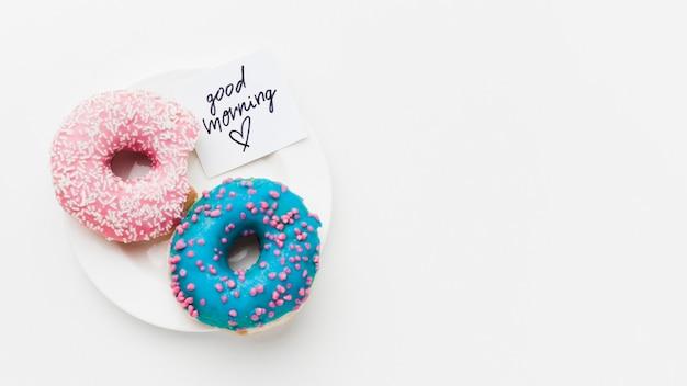 Prato com deliciosos donuts Foto gratuita