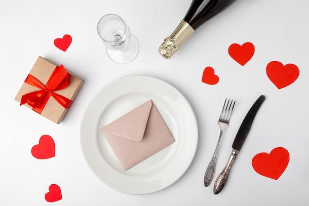 Prato com envelope, corações e presentes Foto Premium