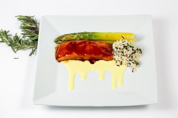 Prato com espargos de peixe fresco e arroz no prato Foto gratuita