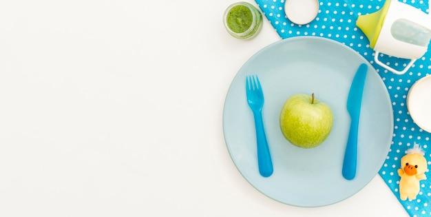 Prato com maçã Foto gratuita