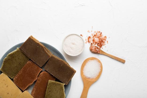 Prato com sabão e sal marinho Foto gratuita