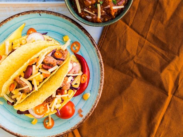 Prato com tacos perto de guardanapo marrom Foto gratuita