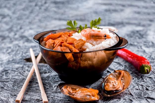Prato de arroz asiático delicioso vista frontal Foto gratuita