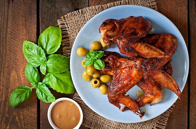 Prato de asas de frango na mesa de madeira Foto Premium