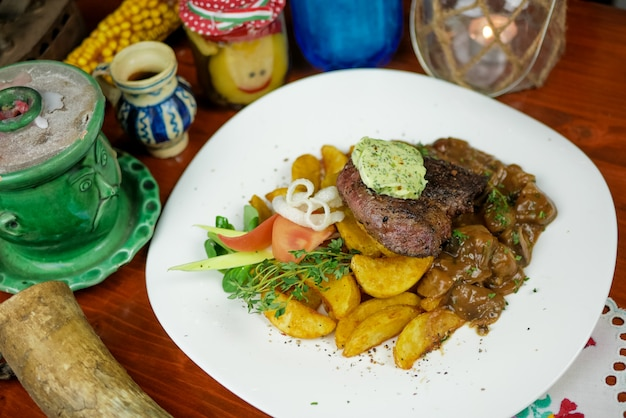 Prato de carne em um restaurante Foto gratuita