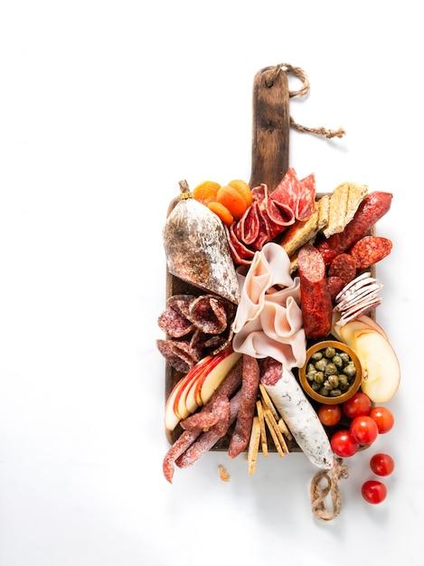 Prato de carne fria, charcutaria Foto Premium