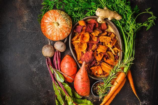 Prato de chips de vegetais saudáveis de beterraba, batata doce, abóbora Foto Premium