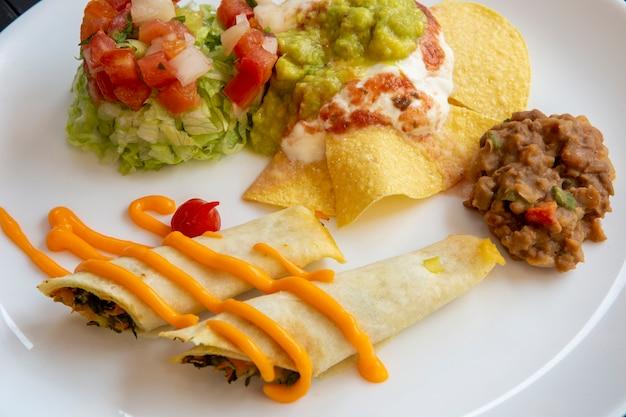 Prato de comida típica mexicana Foto Premium