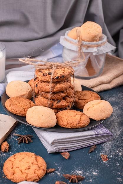 Prato de doces e pote de biscoitos Foto gratuita
