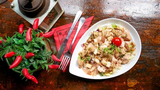 Prato de frango em uma mesa de restaurante Foto gratuita