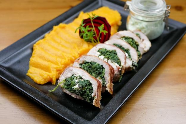 Prato de frango em uma mesa de restaurante Foto Premium
