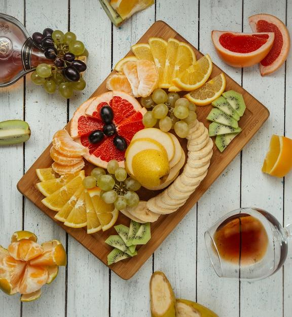 Prato de frutas na vista superior da mesa Foto gratuita