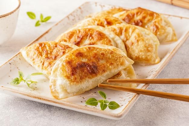 Prato de gyoza asiático, lanche de bolinhos Foto Premium