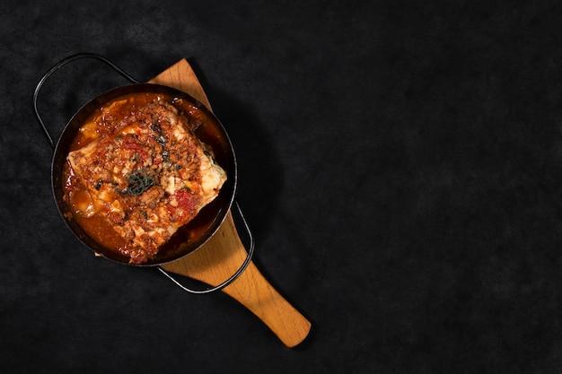 Prato de lasanha plana leigos Foto gratuita