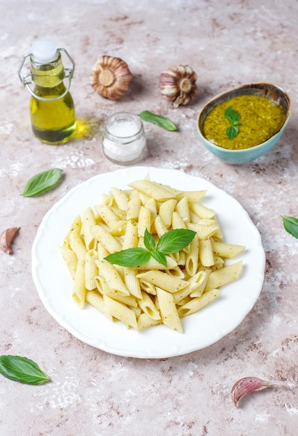 Prato de macarrão com molho pesto caseiro Foto gratuita