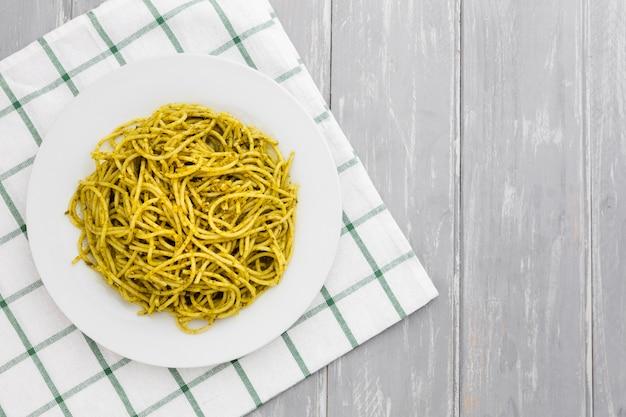 Prato de macarrão na toalha de mesa Foto gratuita