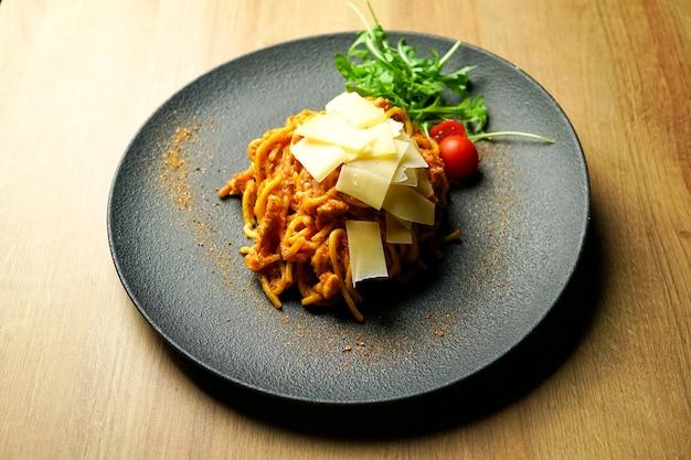 Prato de massa em uma mesa de restaurante Foto gratuita