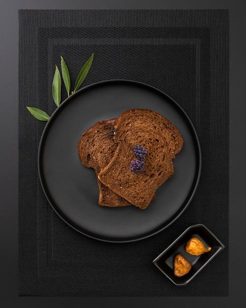 Prato de pão torrado em um pano escuro Foto gratuita