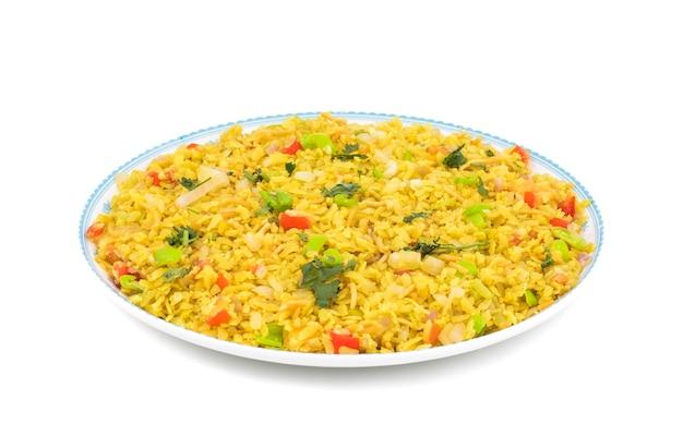 Prato de pequeno-almoço indiano poha em fundo branco Foto Premium