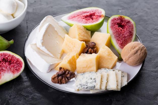 Prato de queijo com nozes Foto gratuita