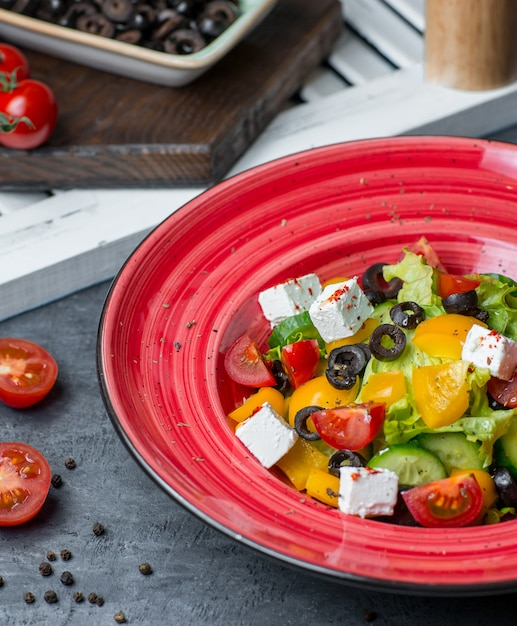Prato de salada de frutas vermelhas com legumes e queijo branco Foto gratuita