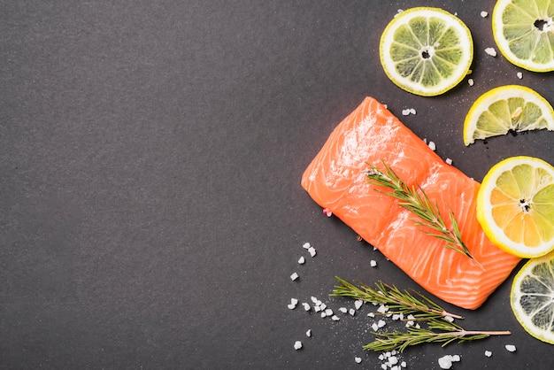 Prato de salmão com ervas e especiarias Foto gratuita
