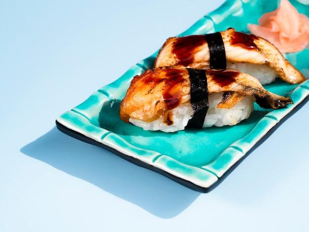 Prato de sushi azul sobre um fundo azul Foto gratuita